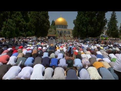 شاهد: ربع مليون مصل أدوا صلاة الجمعة الأخيرة من رمضان في المسجد الأقصى…