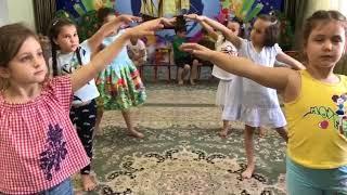 Занятие по хореографии, изучение национального танца.