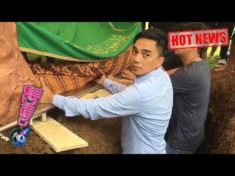 Hot News! Enda Ungu Turun ke Liang Kubur Saat Prosesi Pemakaman Ayahanda - Cumicam 09 Maret 2018