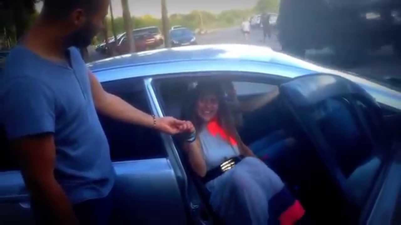 Как выходить из машины в юбке