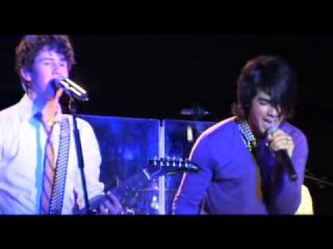 The Jonas Brothers - SOS live à la tour Eiffel ! (Eiffel Tower)