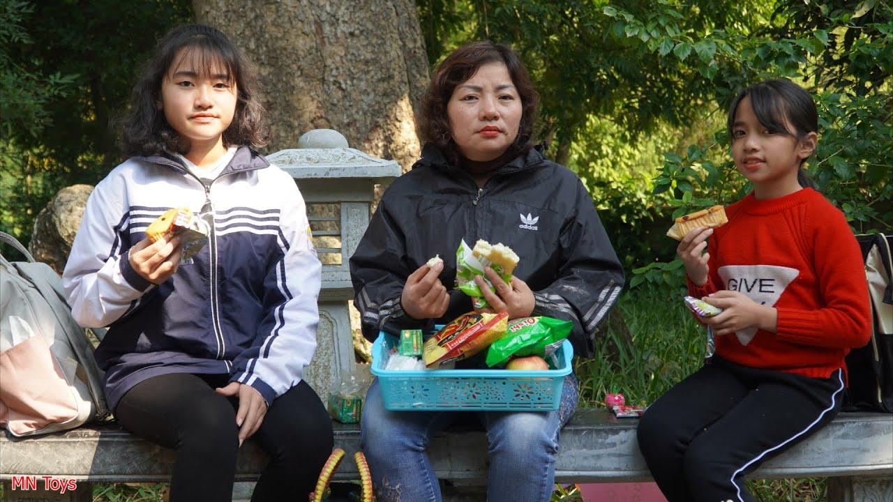 Hồng Anh và Thùy Giang Đi Chơi Gặp Cô Bán Hàng Rong Bị Bệnh Liền Giúp Đỡ Bánh Mì, Bim Bim, Sữa