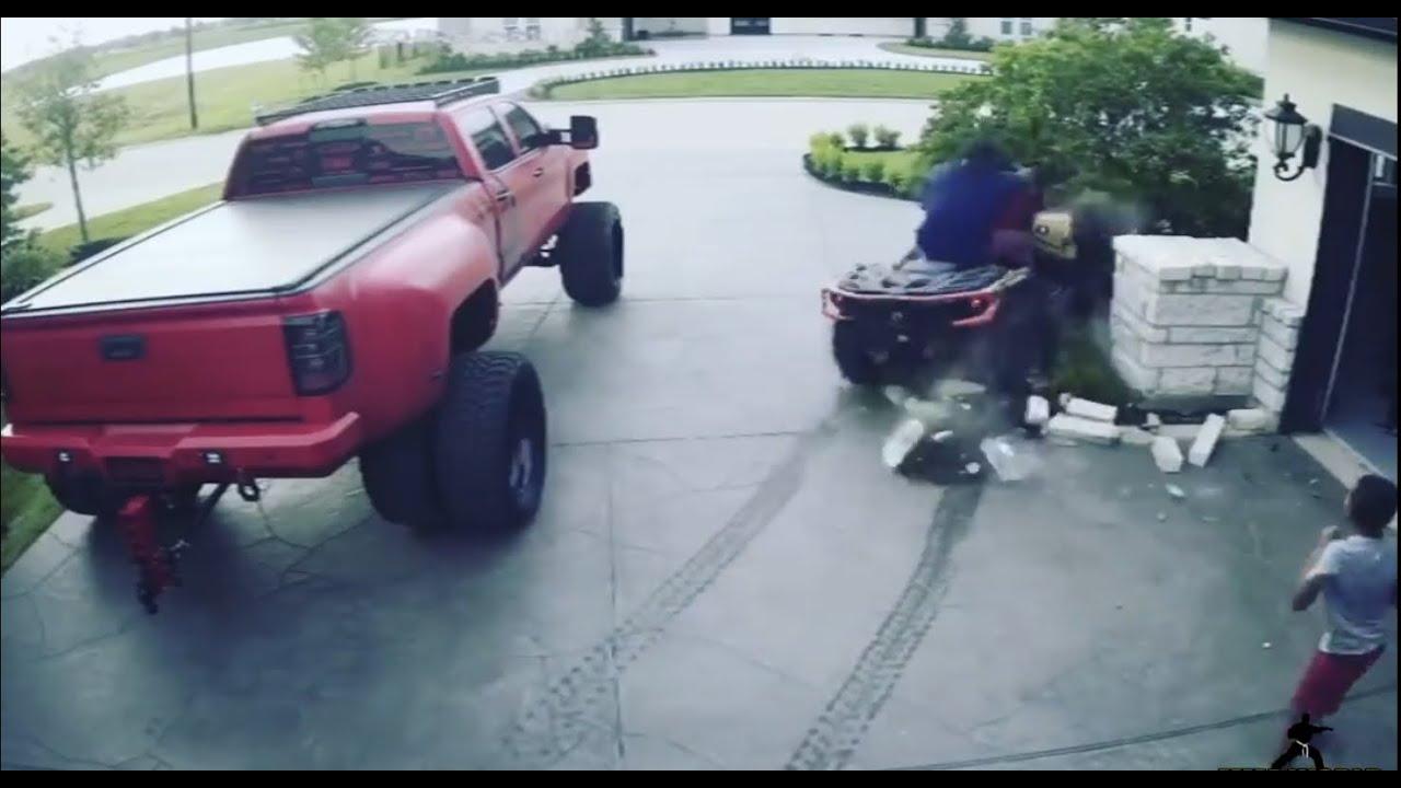 حادث تصادم دراجه ناريه يقودها نجم القتال الامريكي ديريك لويس