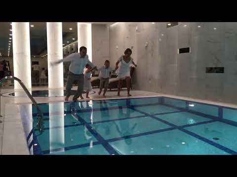 Семейный прыжок в одежде в бассейн резиденции Сареево. Необычный финал праздника.