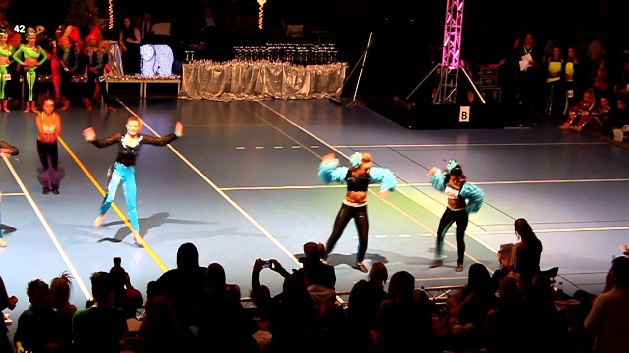 flickvän dansar med andra killar Motala