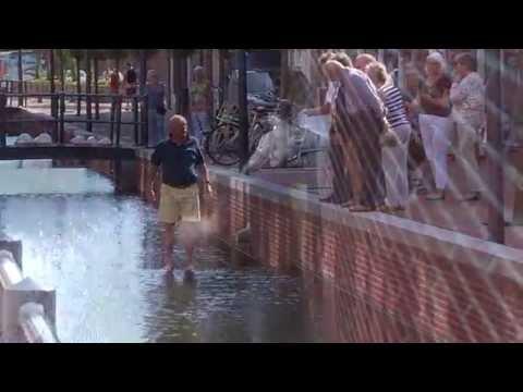 Veenendaal uitzetten goudvissen in Brouwersgracht 09 06 2016