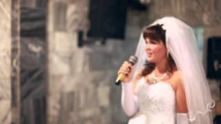 Невеста читает реп на свадьбе.