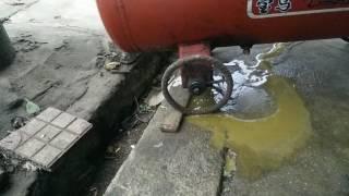 Xả nước đọng máy bơm hơi