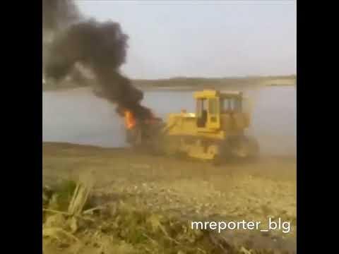 Амурчане делятся видео горящего грузовика, который сталкивают в водоем