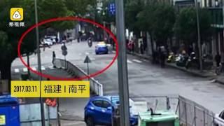 福建南平:出租车急接客,撞飞直行交警