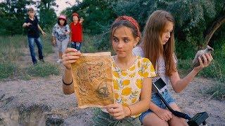 БЫВШИЕ друзья мешают Насте и ее НОВОЙ подруге раскопать КЛАД!!!