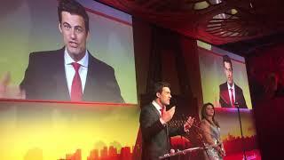 Carlos Casagrande é mestre de cerimônias de premiação em Paris