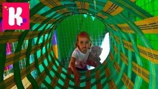 Играем в детском лабиринте с осликом и кошечкой Have fun in kid's play yard