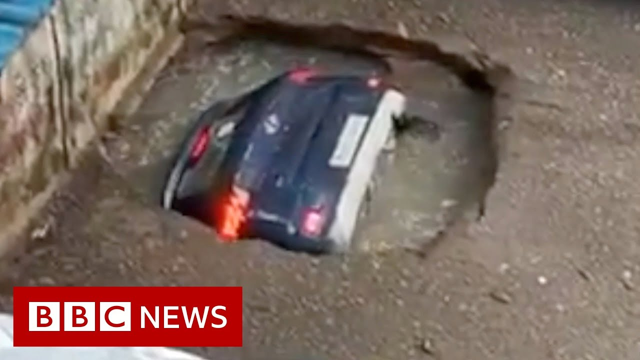 Parked car disappears into disused well in Mumbai - BBC News