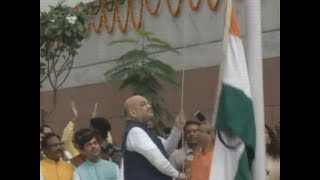 BJP president Amit Shah fumbles during flag hoisting