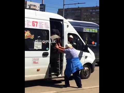 Женщина утрамбовывает пассажиров маршрутки, Ульяновск