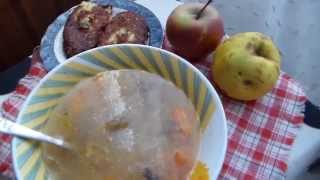 На обед сытный суп с грибами и перловкой.