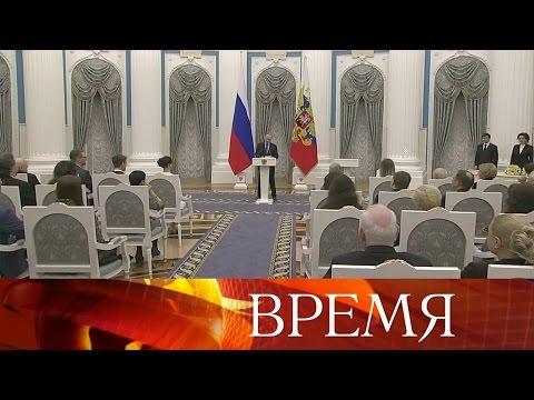 Звездные герои дня— Владимир Путин вручил премии деятелям культуры.