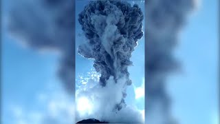 Indonesia, il vulcano fa paura: dal cratere si alza una colonna di fumo alta 4 chilometri