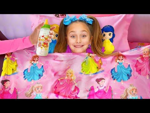 サーシャは小さくて宿題をしたくないので、赤ちゃんになりました。 サーシャは新しいラプンツェル人形で遊んでいます。 マックスはサーシャで...