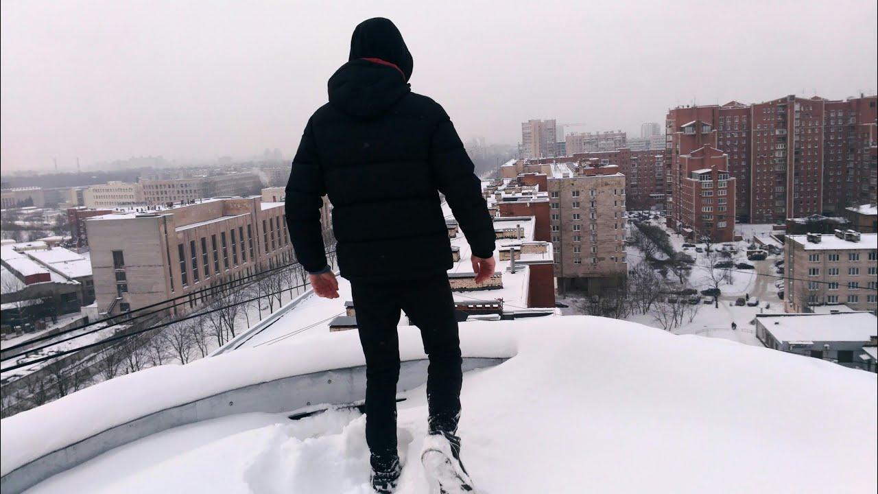 Пацан на крыше зимой