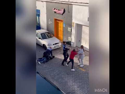 Policías locales golpean a dos personas que grababan una detención