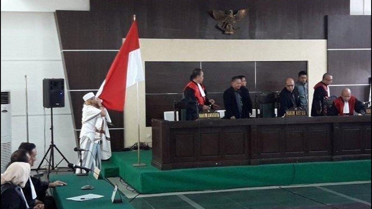 Habib Bahar Bin Smith Mencium Bendera Merah Putih Setelah ...