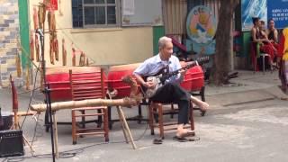 Ông ngoại chơi Guitar mừng xuân