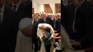 Molfetta. L'abbraccio del Papa al piccolo Francesco