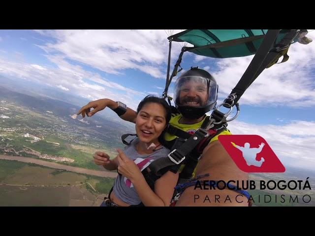 Daniela Atehortua disfrutando el paracaidismo con Aeroclub Bogotá
