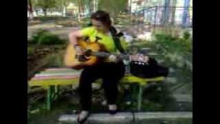 девочка  играет на гитаре за месяц учебы.