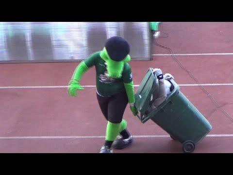 Funny Moment Maskot persebaya Jojo dan Zoro dengan Bak Sampah