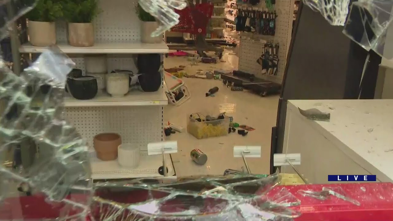 Looting moves into Chicago's Wicker Park, targeting businesses