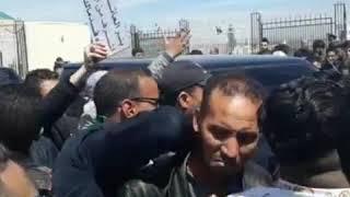 الجزائر الآن.. مواطنون يحاصرون وزير الطاقة في مطار تبسة