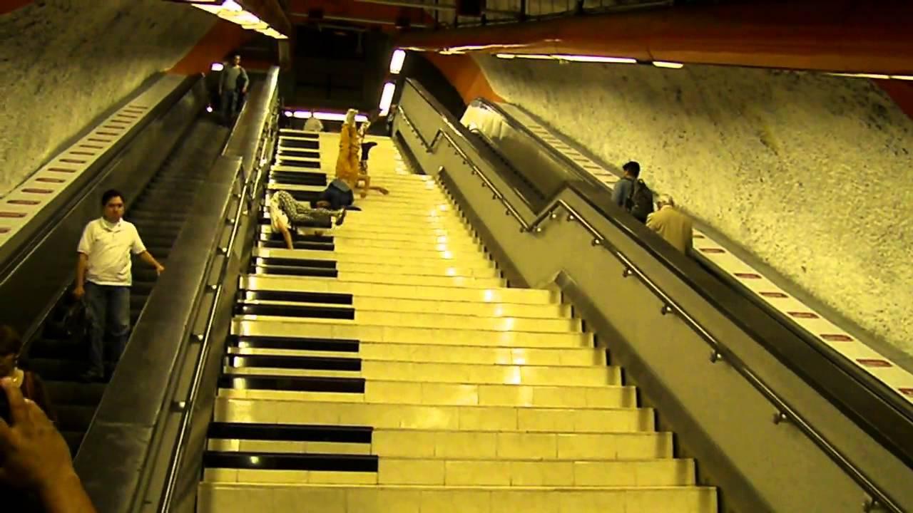 Escaleras de piano estaci n del metro polanco l 7 youtube for Escaleras retractiles