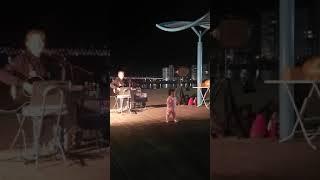 광안리 해변 버스커 앞에서 춤추는 아기