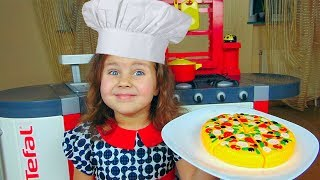 Милана на новой Кухне готовит кушать посетителю