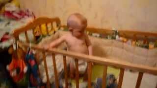 Ребенок танцует и поет под песню Артура Боссо Только ты