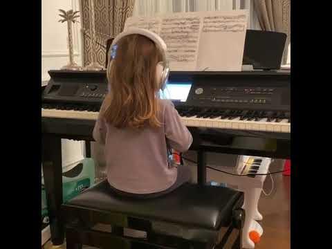 3-летняя дочь Полины Гагариной учится играть на фортепиано ...