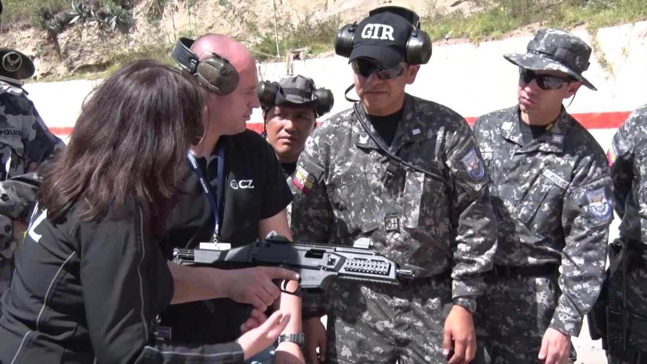 Polic a nacional prueba armas para el uso de grupos for Ministerio del interior policia nacional del ecuador