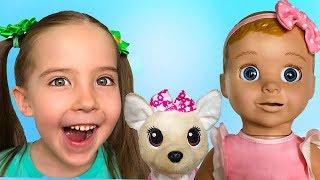Маша и ее друзья кукла Белла и собачка Чи Чи лав весело играют вместе дома.