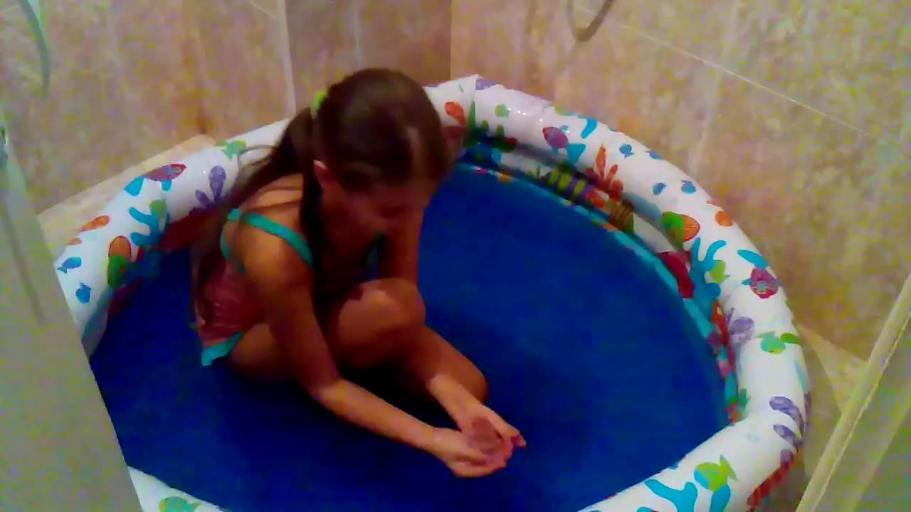 Купаюсь с игрушками в надувном бассейне.Gelli Baff