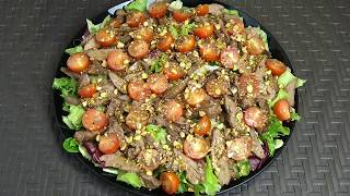 Зеленый салат с куриной печенью и фисташками