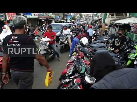Indonesia: Locals flood markets ahead of Eid al-Fitr celebrations despite COVID-19 restrictions