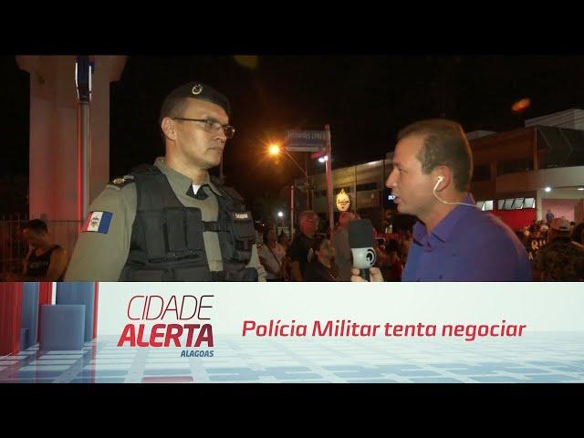 Polícia Militar tenta negociar liberação da via