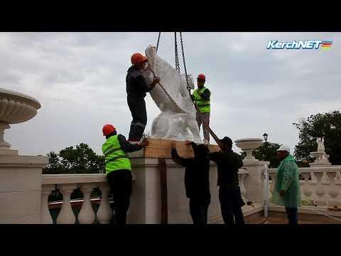 kerchnettv: В Керчи на Митридатскую лестницу установили грифонов