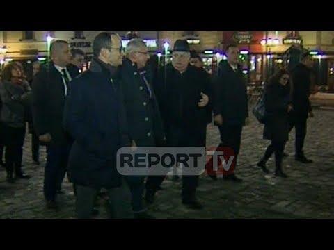 Report TV - Bushati-Kotzias shëtitje në Korçë ulen në një nga kafenetë e qytetit