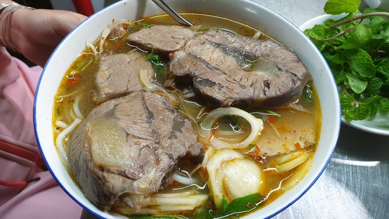 80 ngàn đồng 1 tô bún bò có miếng thịt khủng nhất Sài Gòn