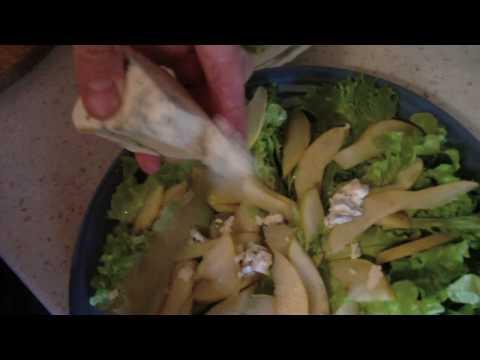Салат из груши с йогуртом и сыром «Рокфор»