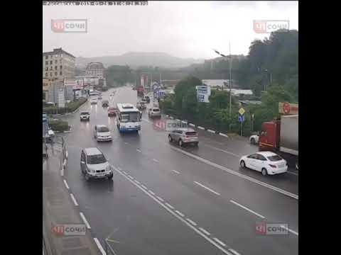 Жуткое столкновение автобуса и ВАЗ в Сочи попало на видео